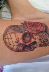 女生大腿上彩绘水彩素描创意霸气经典骷髅纹身图片
