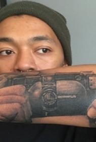 男生手臂上黑灰素描点刺技巧创意相机纹身图片