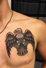 男生胸部彩绘几何简单线条小动物老鹰纹身图片
