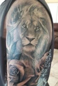 男生手臂上黑灰素描点刺技巧创意霸气狮子头纹身图片