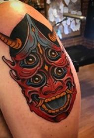 男生手臂上彩绘渐变简单线条恐怖般若纹身图片
