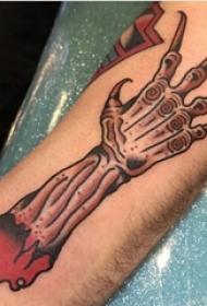 男生手臂上彩绘水彩素描创意骨头纹身图片