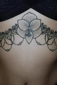 女生胸部黑灰点刺几何简单线条创意装饰花朵纹身图片