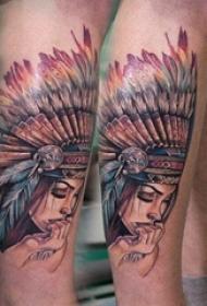男生小腿上彩绘渐变简单线条羽毛和印第安人物纹身图片