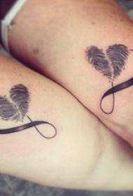 情侣手臂上黑色线条素描创意指纹心形纹身图片