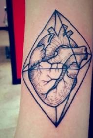 女生手臂上黑色点刺立体几何简单线条心脏纹身图片