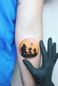 女生手臂上彩绘水彩素描创意文艺圆形风景纹身图片