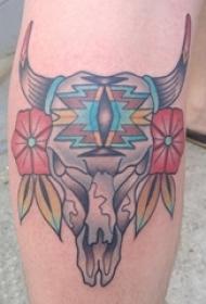 女生小腿上彩绘渐变简单线条植物花朵和动物骨头纹身图片