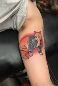 男生手臂上彩绘水彩素描创意可爱猫咪纹身图片