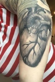 女生手臂上黑灰素描点刺技巧经典心脏纹身图片