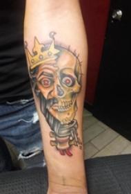 男生手臂上彩绘水彩素描霸气骷髅纹身图片