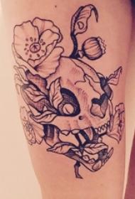 男生手臂上黑灰素描点刺技巧唯美花朵骷髅纹身图片