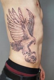 男生侧腰上黑色点刺简单线条骷髅和小动物老鹰纹身图片