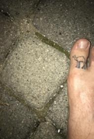男生脚趾上黑色简单抽象线条小动物骆驼纹身图片