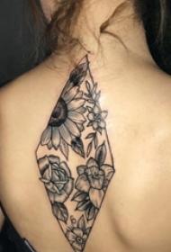 女生后背上黑色点刺几何简单线条植物花朵纹身图片