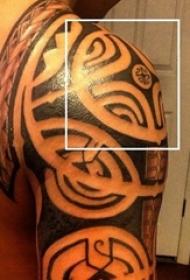 男生手臂上黑色素描创意几何元素部落纹身图片