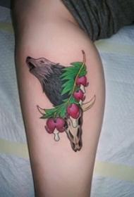女生小腿上彩绘简单线条植物和小动物狼纹身图片
