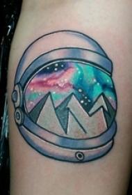 男生手臂上彩绘水彩素描创意宇宙元素纹身图片