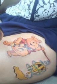 女生大腿上彩绘简单线条卡通小熊维尼纹身图片