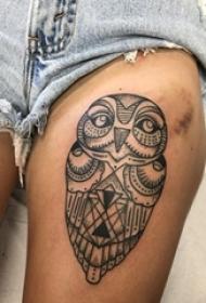 女生大腿上黑色点刺几何简单线条小动物猫头鹰纹身图片