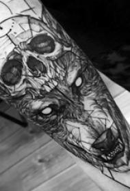 男生手臂上黑灰素描点刺技巧创意霸气狼头纹身图片