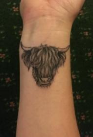 公牛头纹身男生手腕上黑色牛头纹身图片