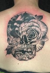女生后背上黑色点刺简单抽象线条花朵和骷髅纹身图片