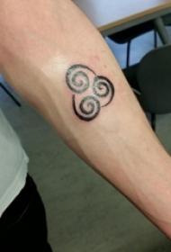 男生手臂上黑色线条创意云朵小图案纹身图片