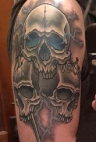 男生手臂上黑灰素描点刺技巧创意恐怖骷髅纹身图片
