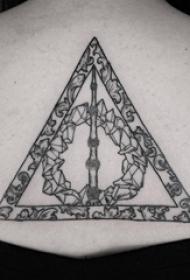 女生后背上黑灰点刺几何简单线条创意几何元素纹身图片