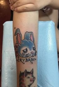 女生手臂上彩绘渐变简单抽象线条卡通小动物兔子纹身图片