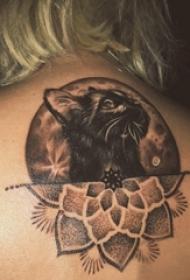 女生后背上黑色点刺几何简单线条花朵和猫咪纹身图片