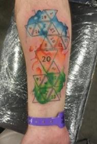 男生手臂上黑色线条几何元素水彩泼墨经典纹身图片