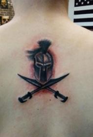 女生后背上黑色点刺简单线条剑和头盔纹身图片