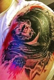 男生手臂上彩绘水彩素描创意泼墨纹身图片