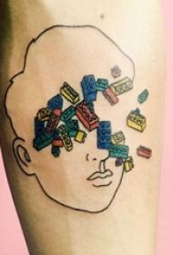 男生手臂上黑色线条彩绘乐高元素抽象肖像纹身图片
