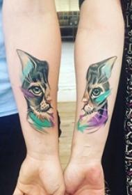 情侣手臂上彩绘抽象线条小动物猫咪拼接纹身图片