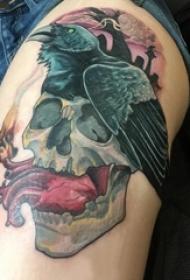女生大腿上彩绘渐变抽象线条恐怖骷髅和乌鸦纹身图片