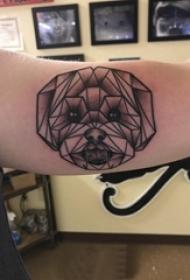 女生手臂上黑色点刺几何简单线条拼接小动物狗纹身图片