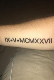 男生手臂上黑色线条创意文艺唯美花体英文纹身图片