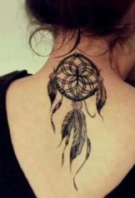 女生脖子上黑灰素描点刺技巧文艺捕梦网纹身图片