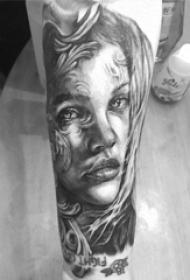 男生手臂上黑灰点刺简单抽象线条人物肖像纹身图片