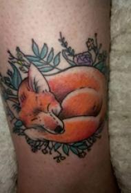 男生手臂上彩绘渐变简单线条植物藤和动物狐狸纹身图片