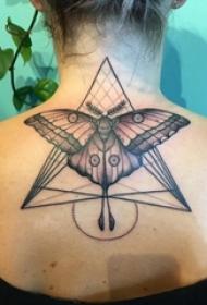 女生颈后黑色点刺技巧几何线条三角形和蝴蝶纹身图片