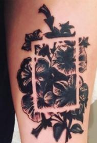 男生手臂上黑色点刺几何简单线条植物花朵纹身图片