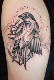 鸟纹身女生大臂上黑色的小鸟纹身图片