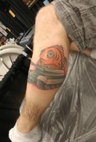 男生小腿上彩绘简单线条卡通坦克和鲤鱼纹身图片