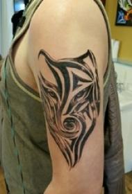 男生手臂上黑灰素描创意文艺动物纹身图片