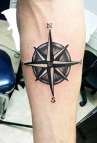 男生手臂黑灰点刺罗盘纹身图片