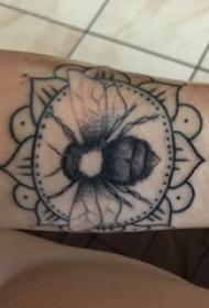 男生手臂上黑色点刺几何简单线条花朵和蜜蜂纹身图片